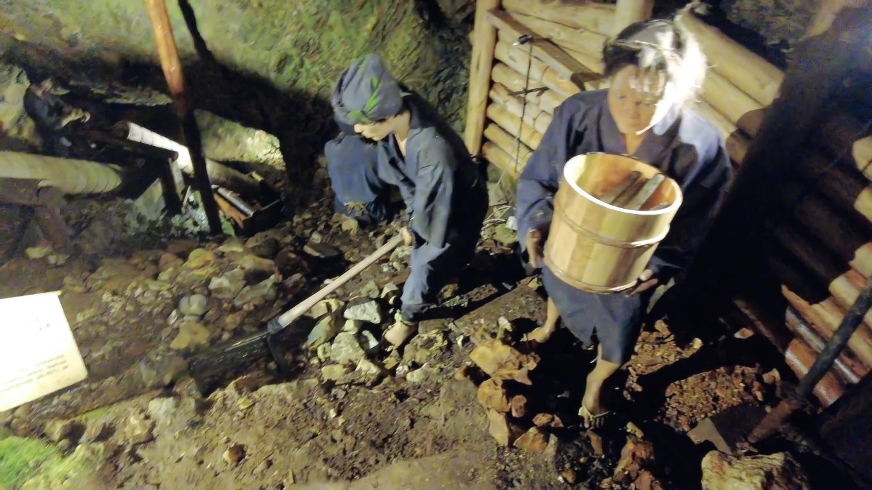 坑道内には人形が置かれ 当時の採掘の様子が再現されている