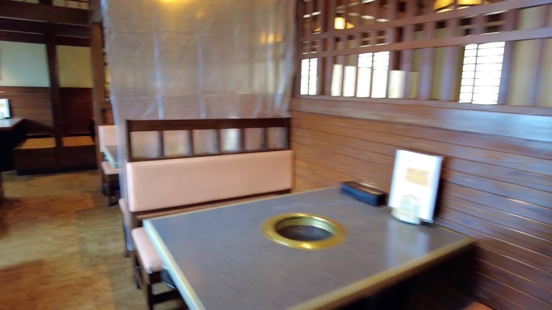 店内は無煙ロースターのついたテーブル席が並ぶ