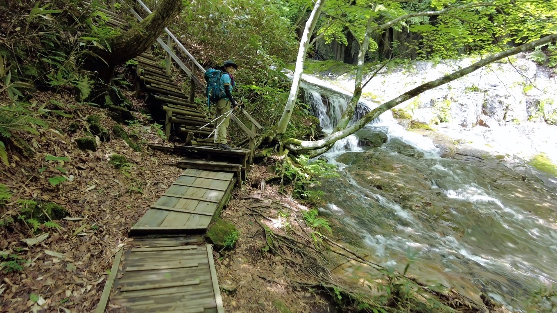 渓谷を歩いて登っていく
