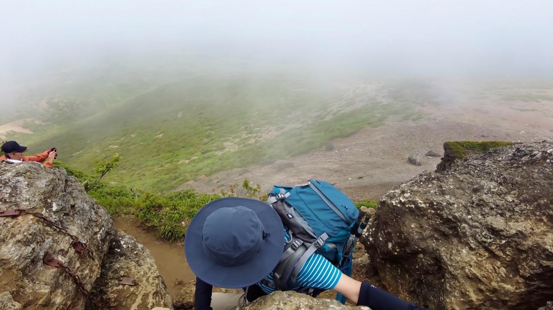 山頂への岩壁は一方通行